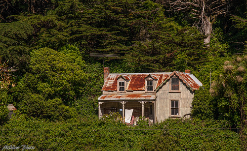 <p>This old house is located close to the railroad track in Tawa, Wellington.</p>