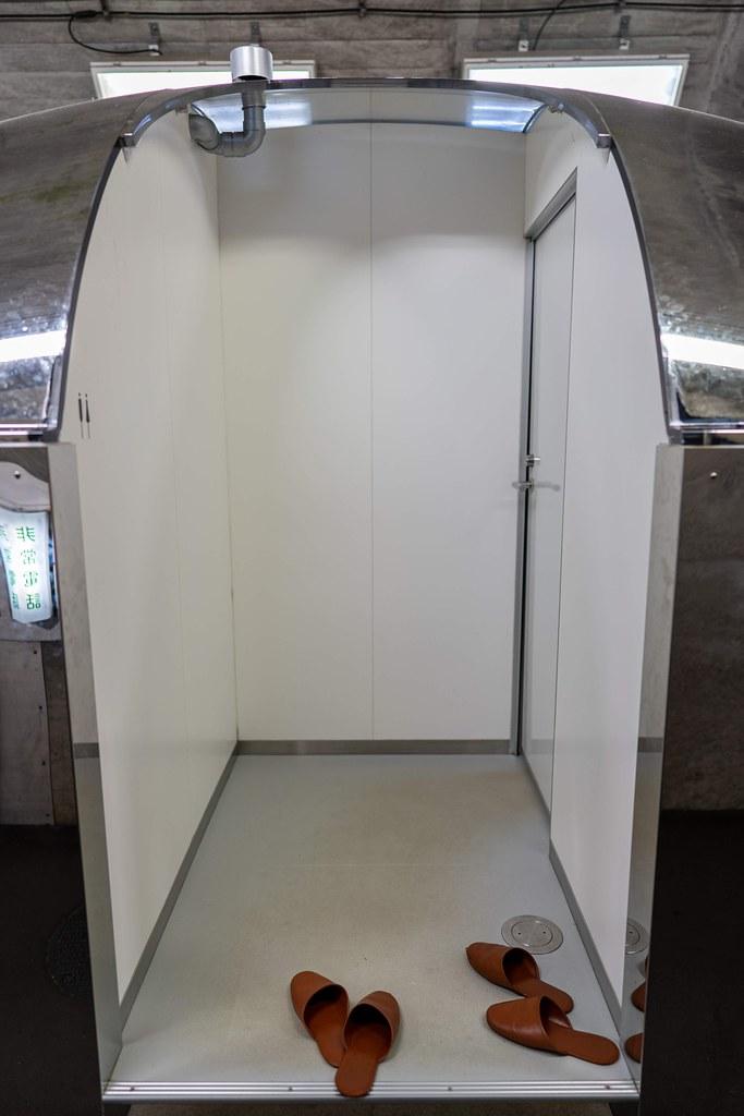 第2見晴所にあるメタリックなトイレの入り口