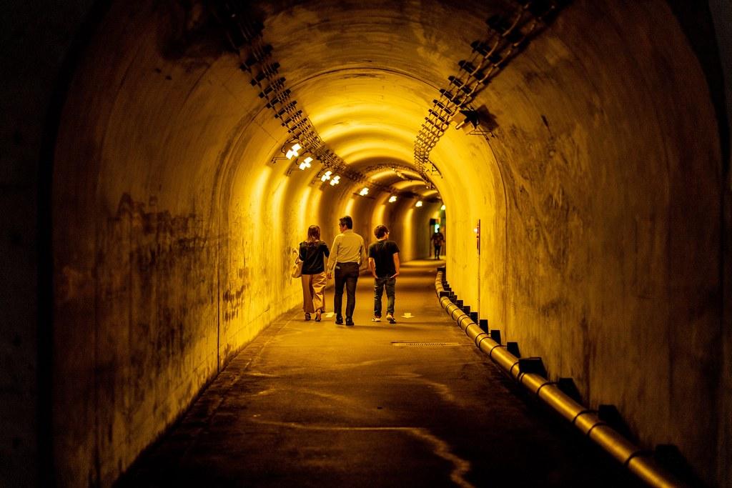 黄色に照らされたトンネル内