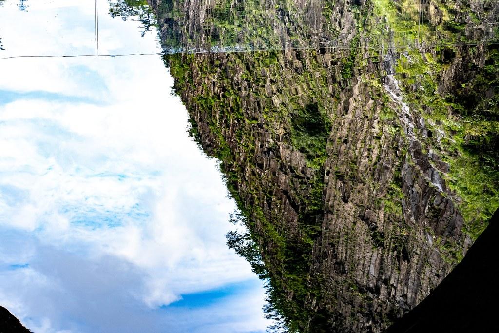 水鏡に反射した柱状節理の壁