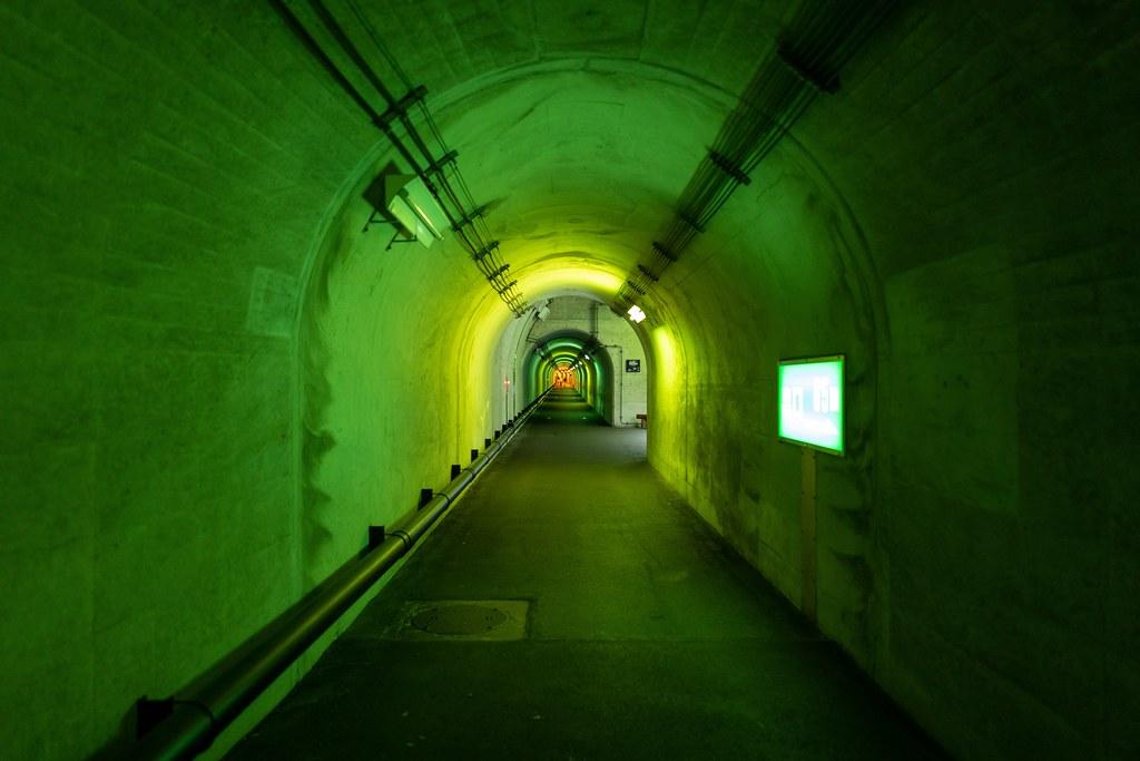 緑色に照らされたトンネル内