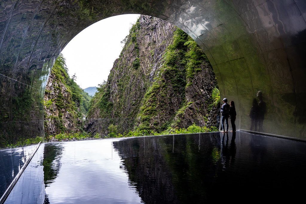パノラマステーションの水鏡に反射した風景