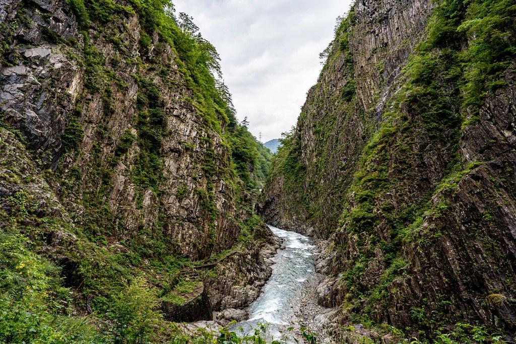 V字型が特徴的な清津川と渓谷美
