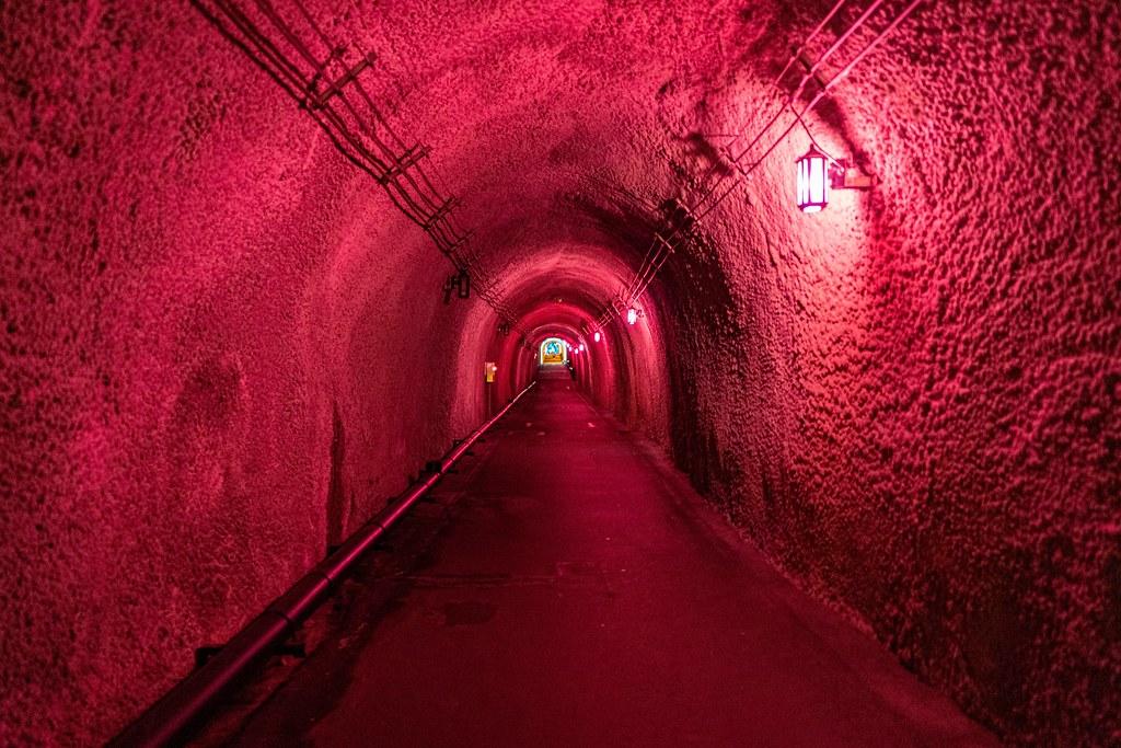 赤色に照らされたトンネル内