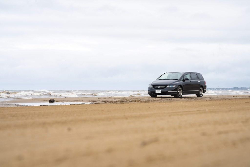 千里浜なぎさドライブウェイの砂浜を車で駆ける 石川県羽咋市