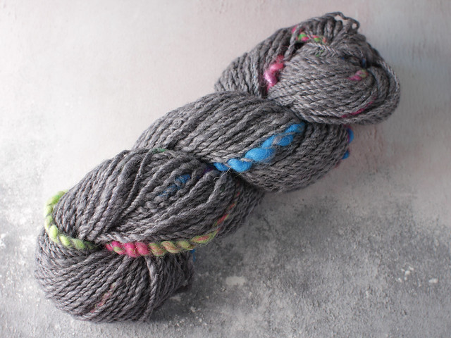 Handspun chunky / bulky art yarn with coils in wool and linen 89g – grey and multocolour