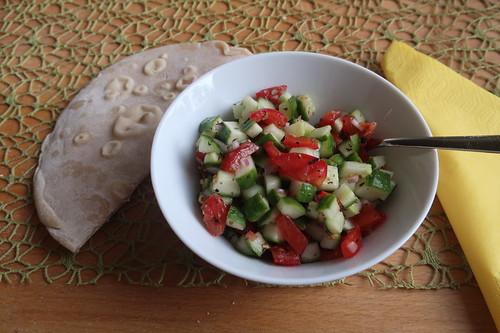 Persisches Lavash-Brot zu persischem Tomaten-Gurkensalat