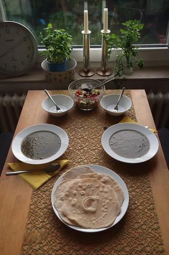 Persisches Lavash-Brot zu Khoresht-e Rivas-Reste-Suppe und Salad Shirazi
