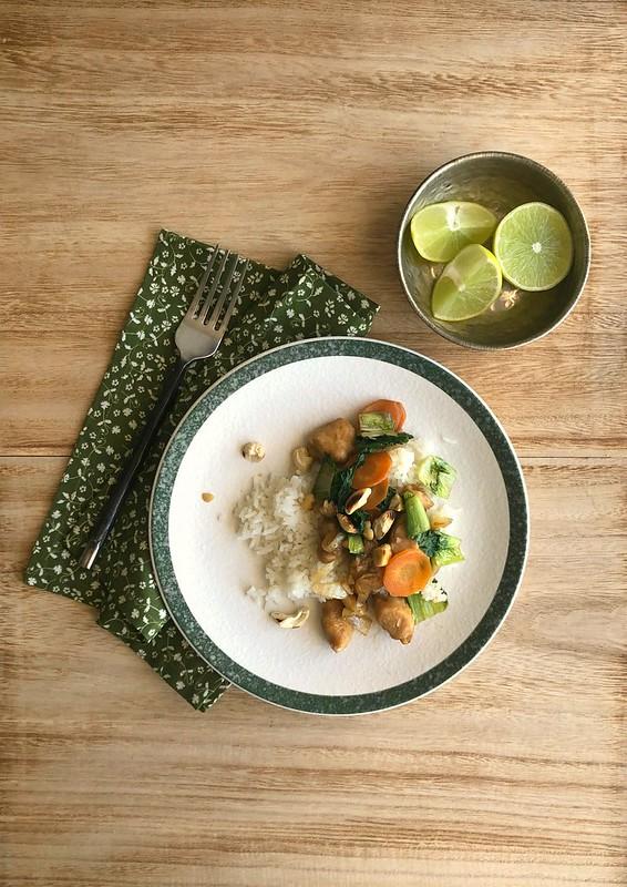 Frango oriental com cenoura e escarola