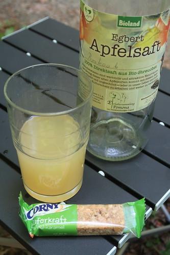 Apfelsaft und Haferriegel mit Mandeln und Karamell