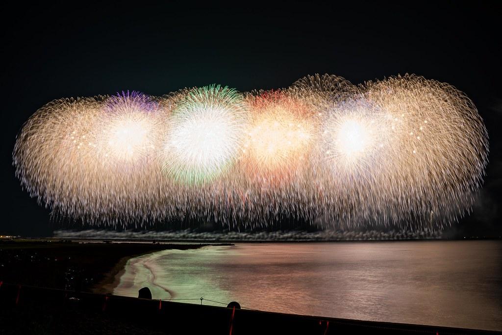 水面に映る夏夜の花 ぎおん柏崎まつり 海の大花火大会