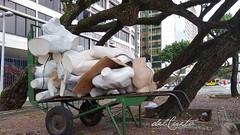 Copacabana manequins 200304 011 corpos prédio árvores aberta taxi lateral