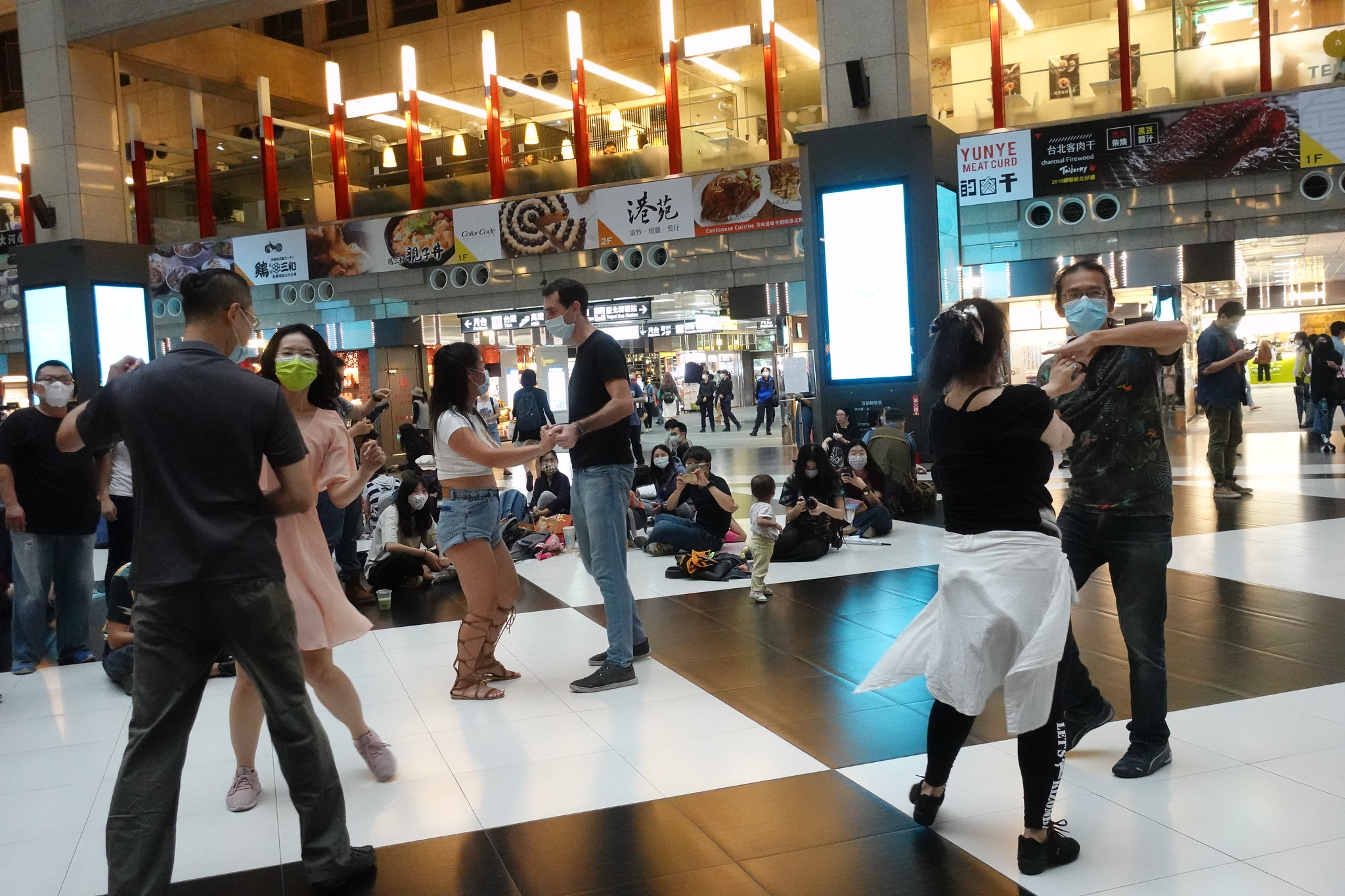 民眾在大廳跳舞。(攝影:張智琦)