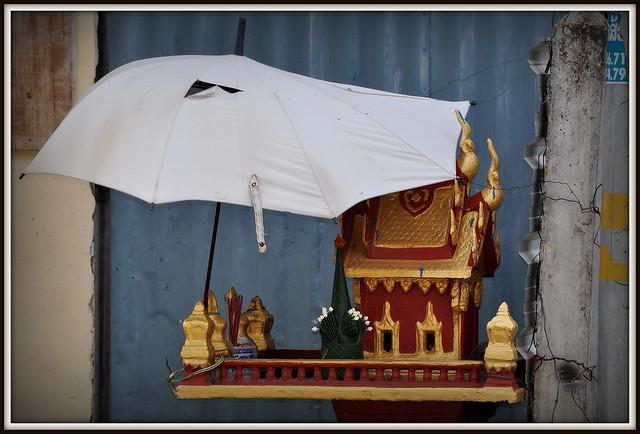 Petit autel de rue tres bien protegé de la pluie a Savannakhet au Laos