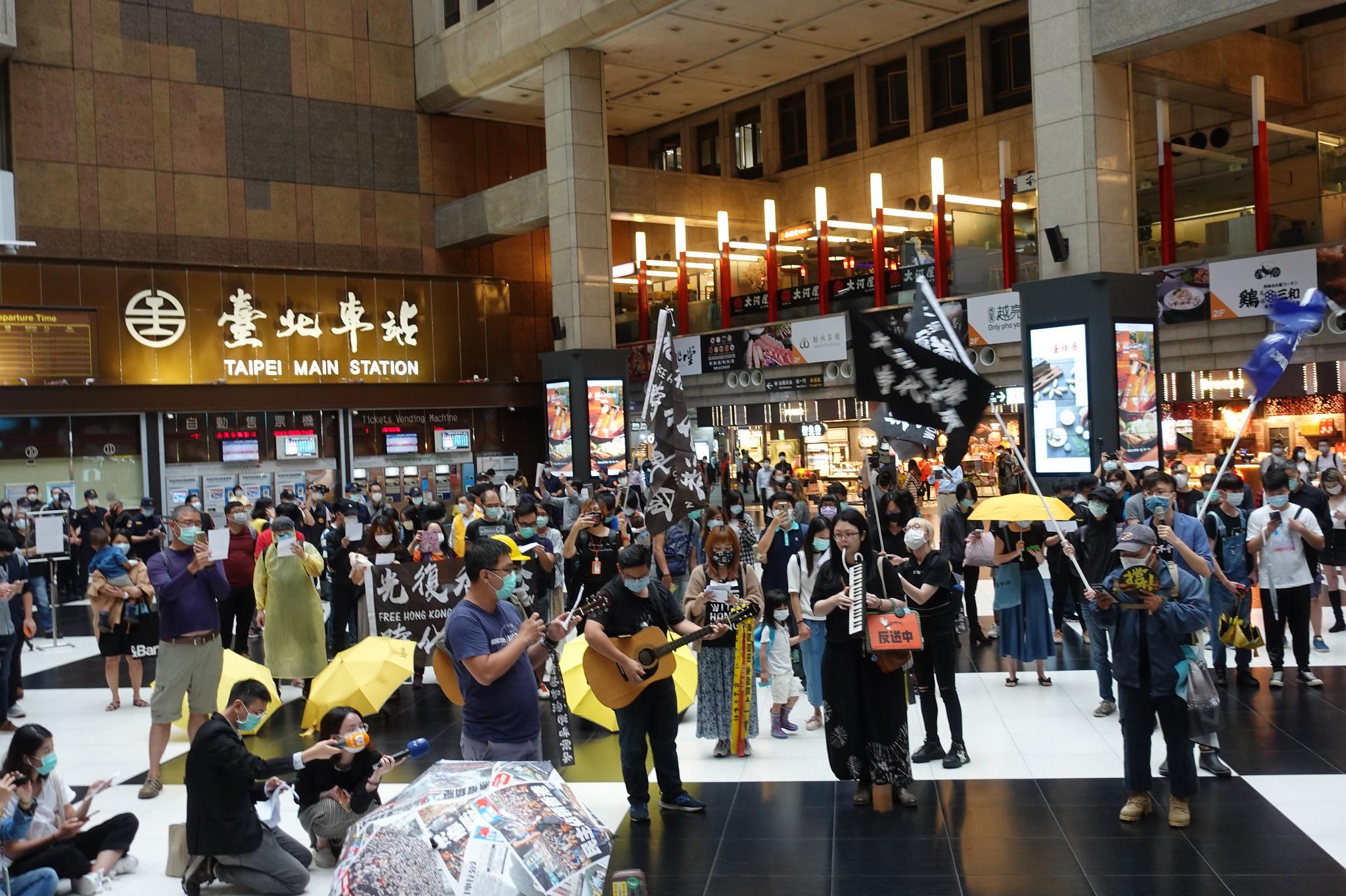 有民眾在大廳唱歌聲援香港。(攝影:張智琦)