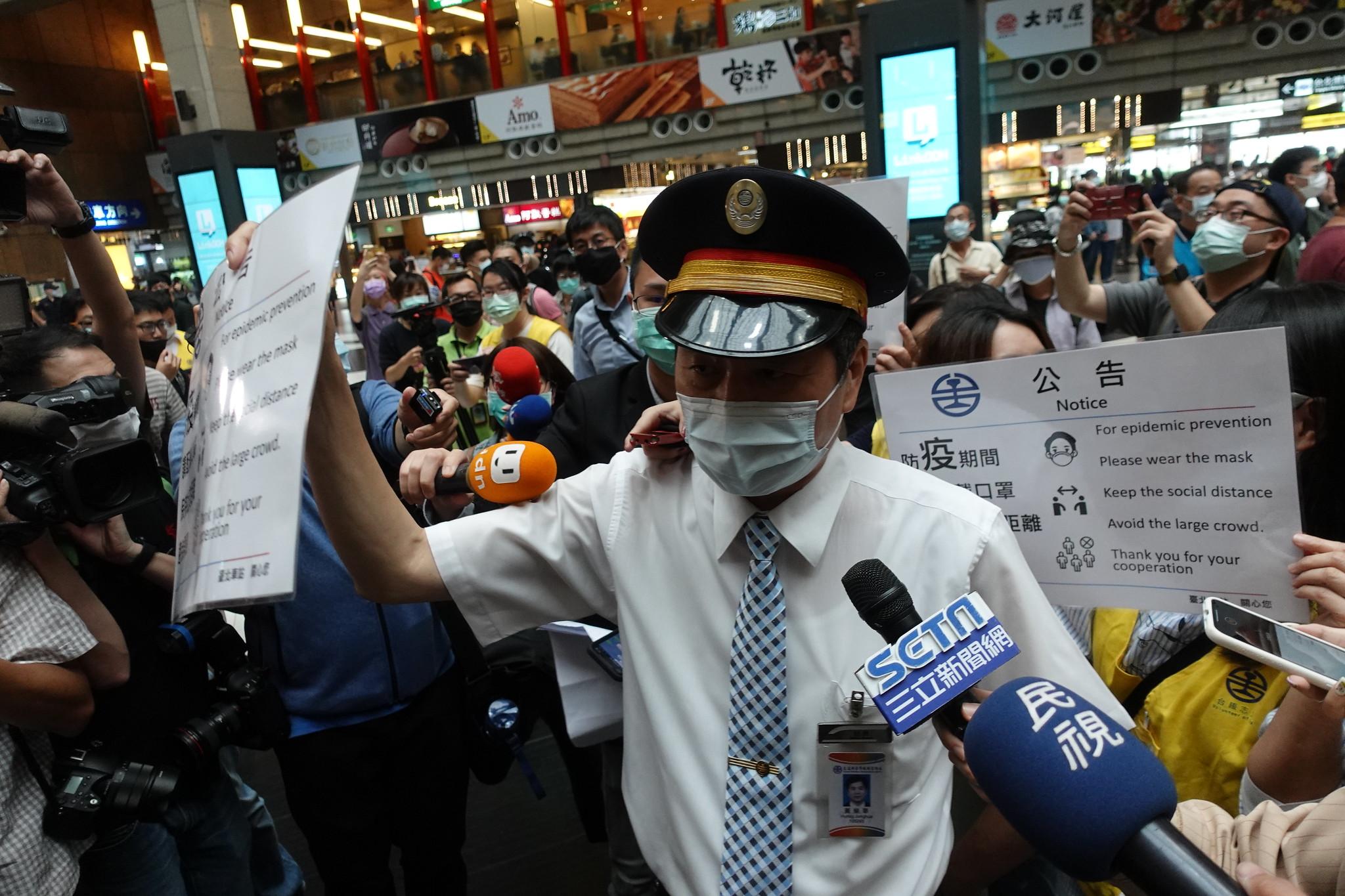 台北車站站長出面呼籲民眾避免群聚,應保持社交距離。(攝影:張智琦)