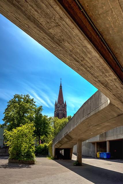 Die evangelische Pauluskirche in Berlin Lichterfelde gesehen vom Institut für Hygiene und Umweltmedizin des Universitätsklinikums Benjamin Franklin der Charité