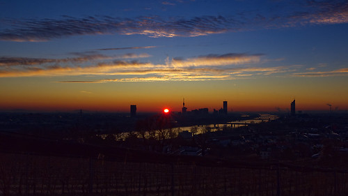 rhomboederrippel fujifilm xe1 january 2020 europe austria vienna 19thdistrict 19bezirk döbling nussdorf morning sunrise dawn clouds red orange yellow blue skyscraper clearsky donauturm donaucity river danube wineyards