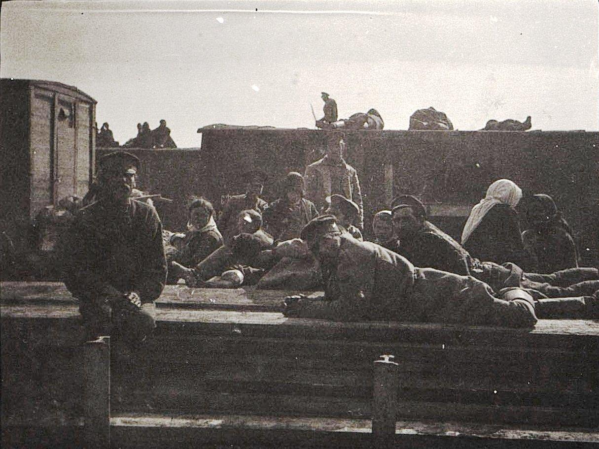 09. В ожидании отправки поезда. 1915