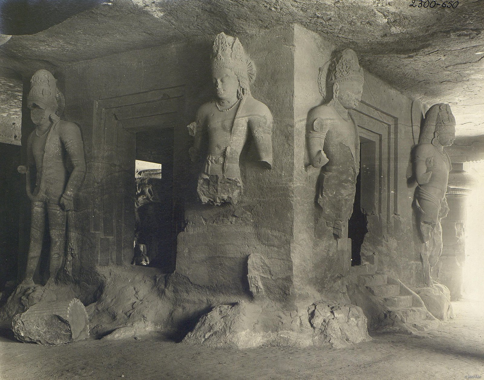 Пещерный храм в Элефанте (внутренний вид)2