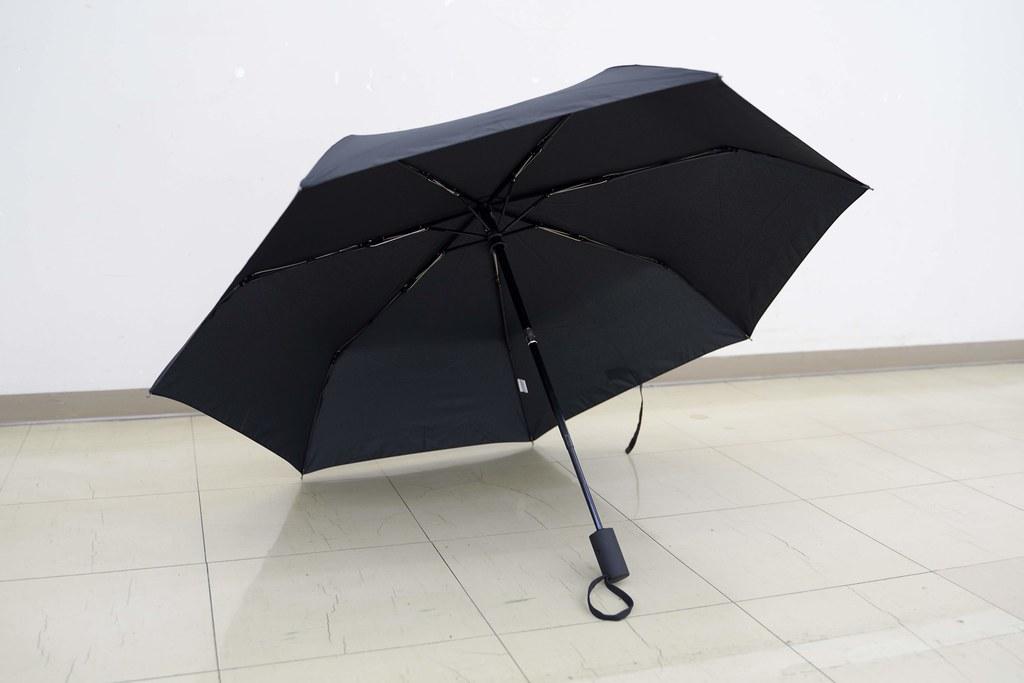 玄関から雨でも「折り畳み傘」を差すという選択 bpr BEAMS 折タタミ傘