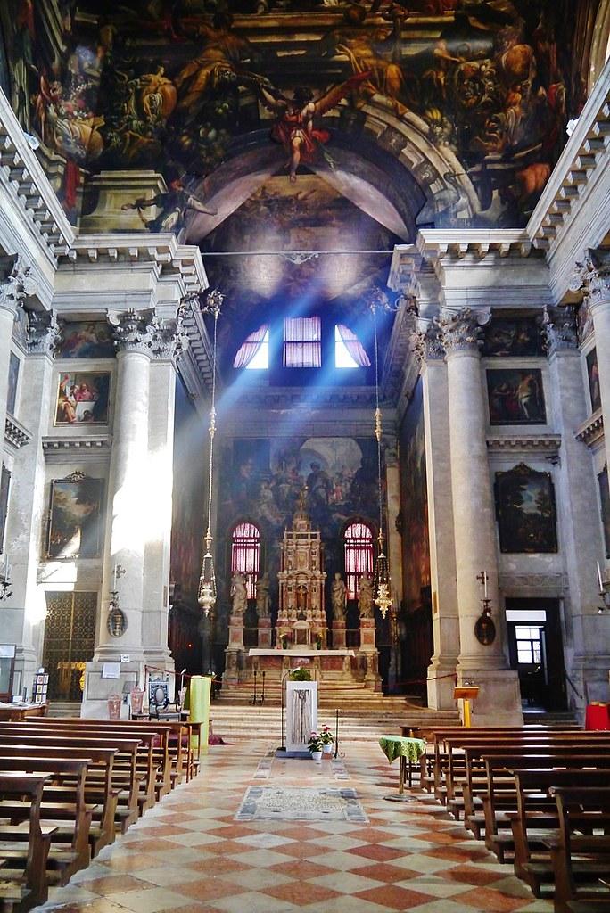 800px-Venezia_Chiesa_di_San_Pantalon_Innen_Langhaus_Nord_1