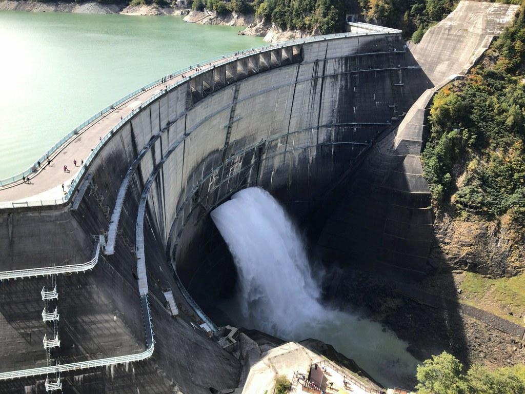 秋晴れの黒部ダム