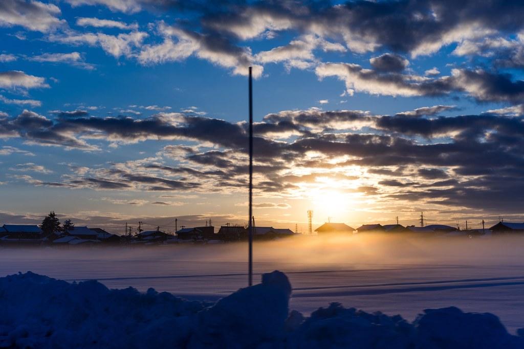 冬晴れの夕日と賽の神 長岡市