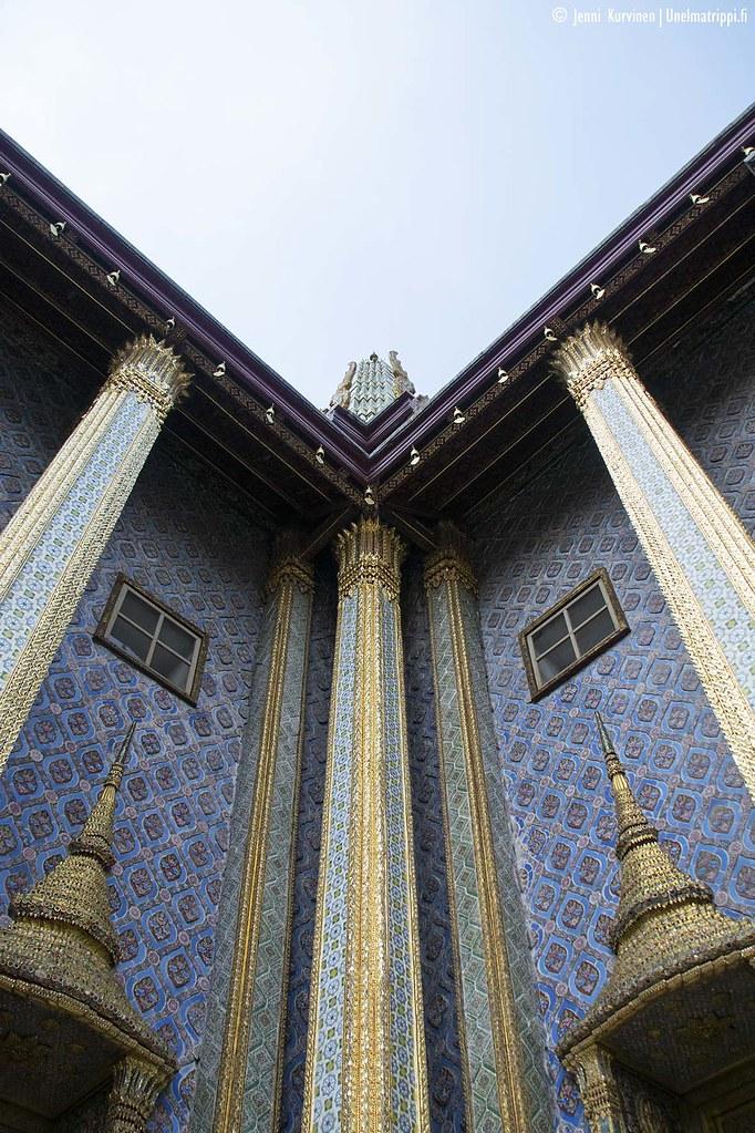 Koristeellisia pylväitä Suurella palatsilla Bangkokissa