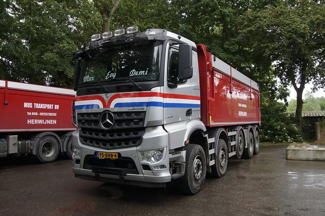 Mercedes-Benz Arocs 4145 Mus Transport BV. met kenteken 95-BNB-4 Heukelum 24-05-2020