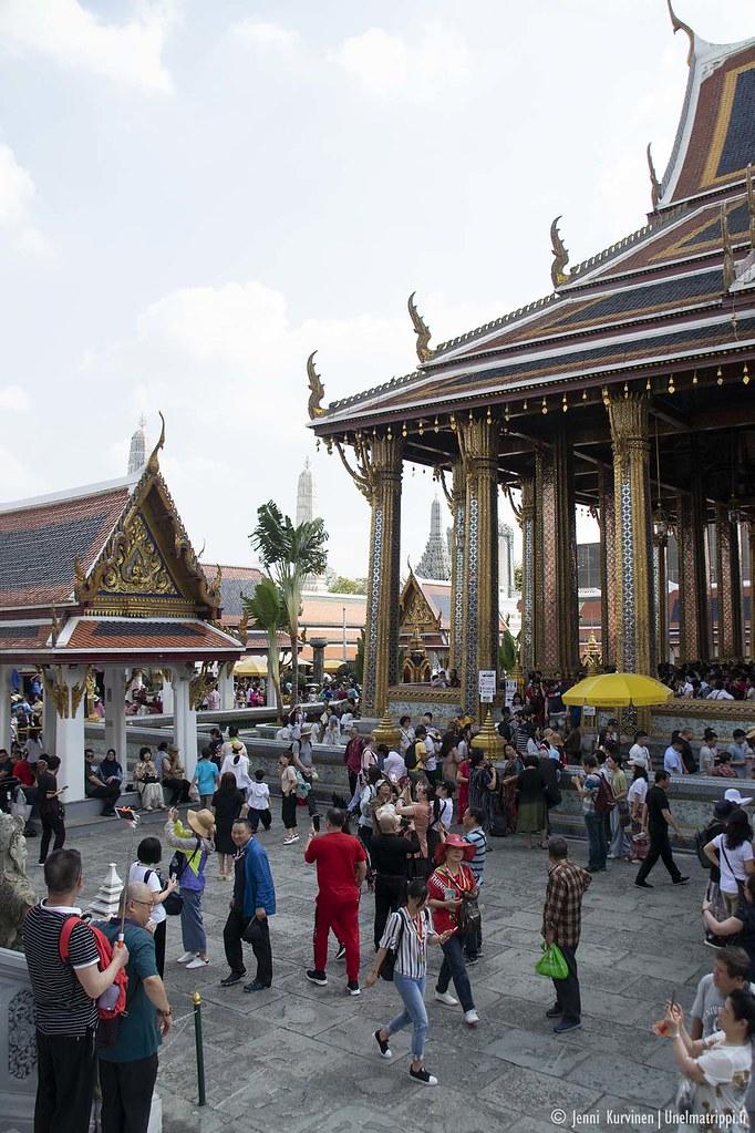 Turisteja Suurella palatsilla