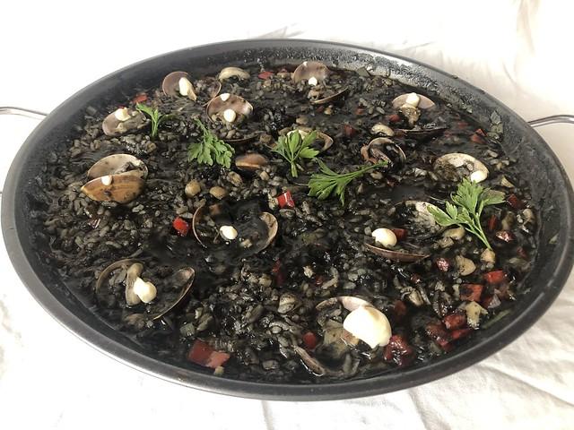 Arroz negro con calamares y alioli de limón