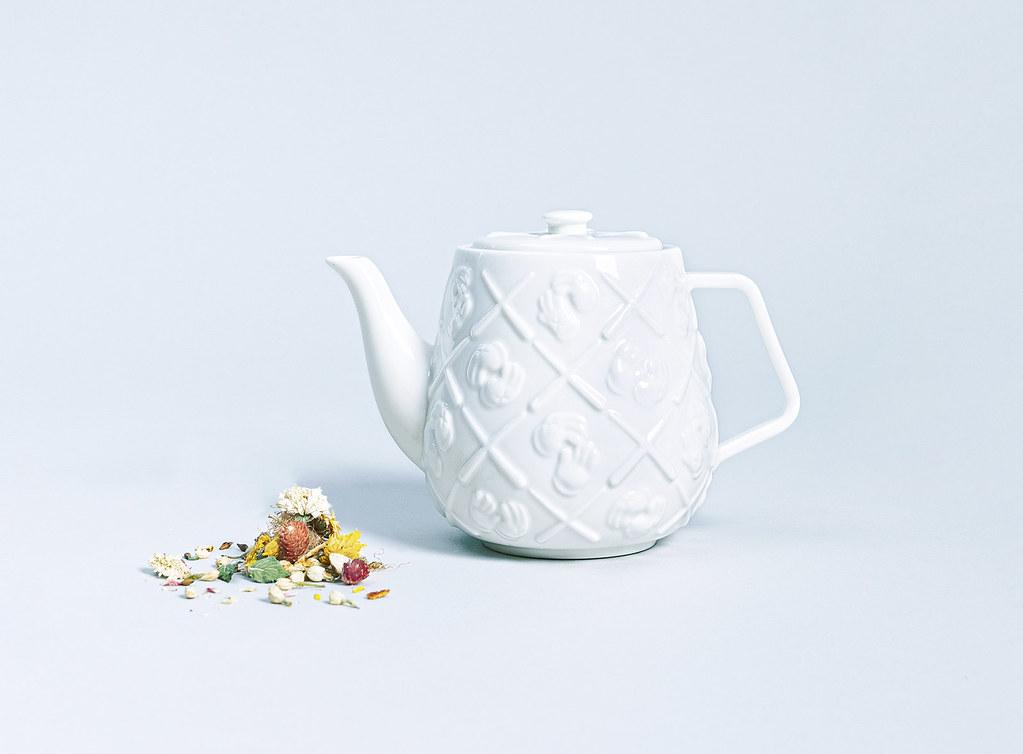 低調展現潮品味~AllRightsReserverd x KAWS 合作推出 KAWS Teapot 「XX」陶瓷茶壺 全球限量1000個