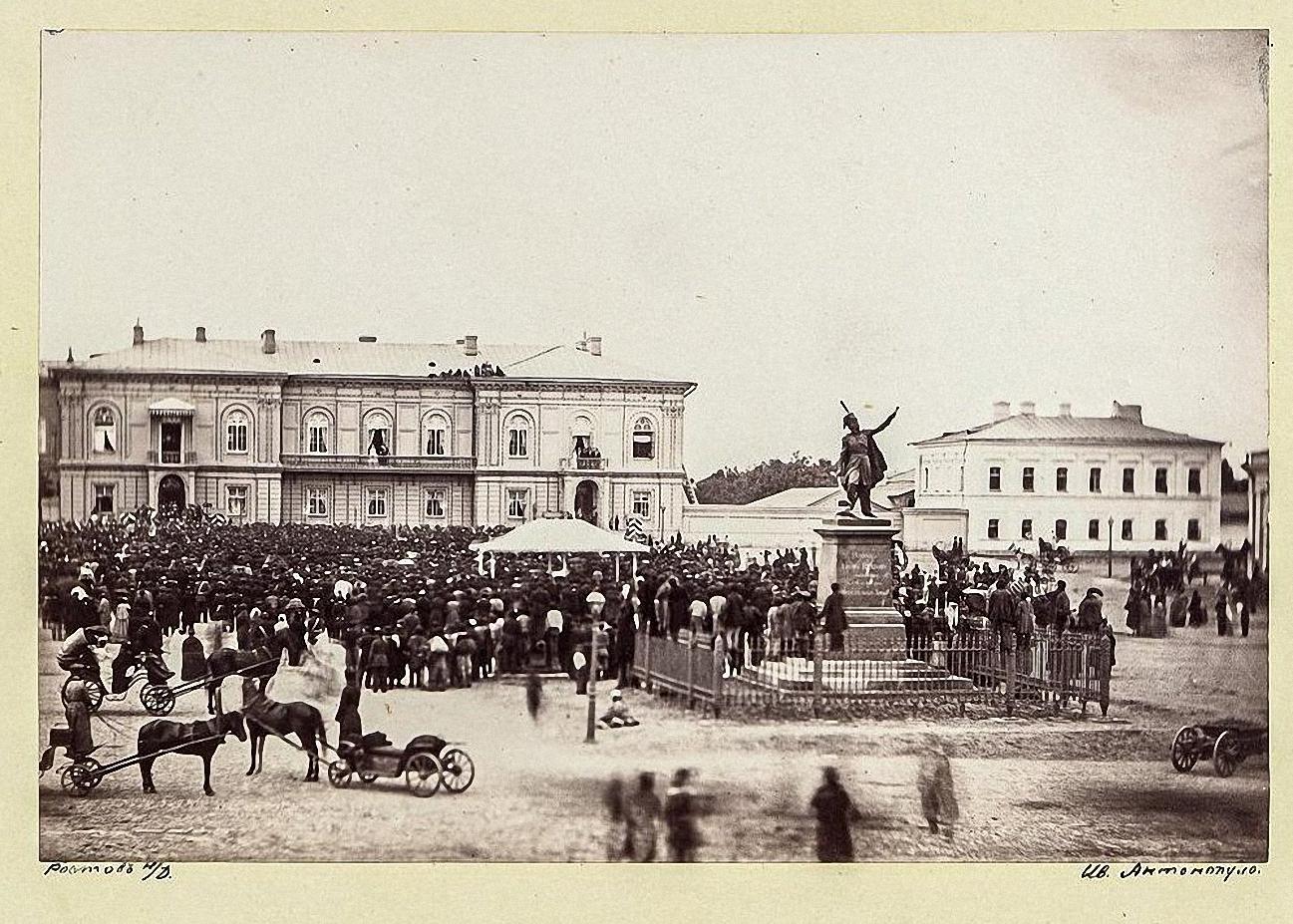 Новочеркасск. Наследник и цесаревна на площади у здания Атаманского дворца после молебна 1 августа 1869.