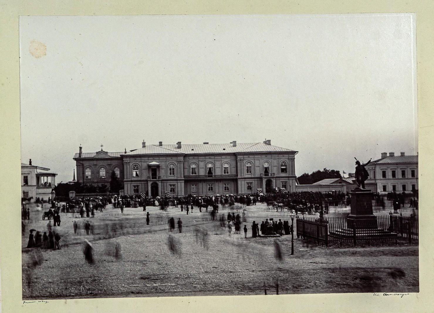 Новочеркасск. Площадь с памятником графу М.И.Платову перед Атаманским дворцом