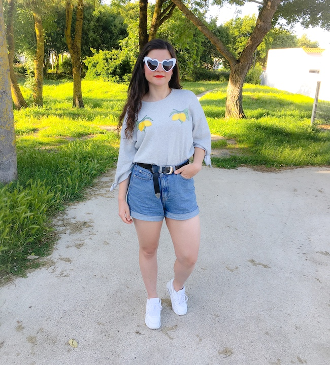Look sweat gris à citrons, short jean mom et Nike Air Max 90