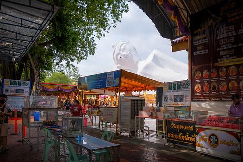watsatue วัดสะตือ phranakhonsiayutthaya จังหวัดพระนครศรีอยุธยา wat temple buddha buddhism statue วัด พระพุทธเจ้า thai ไทย thailand ประเทศไทย image market stalls people