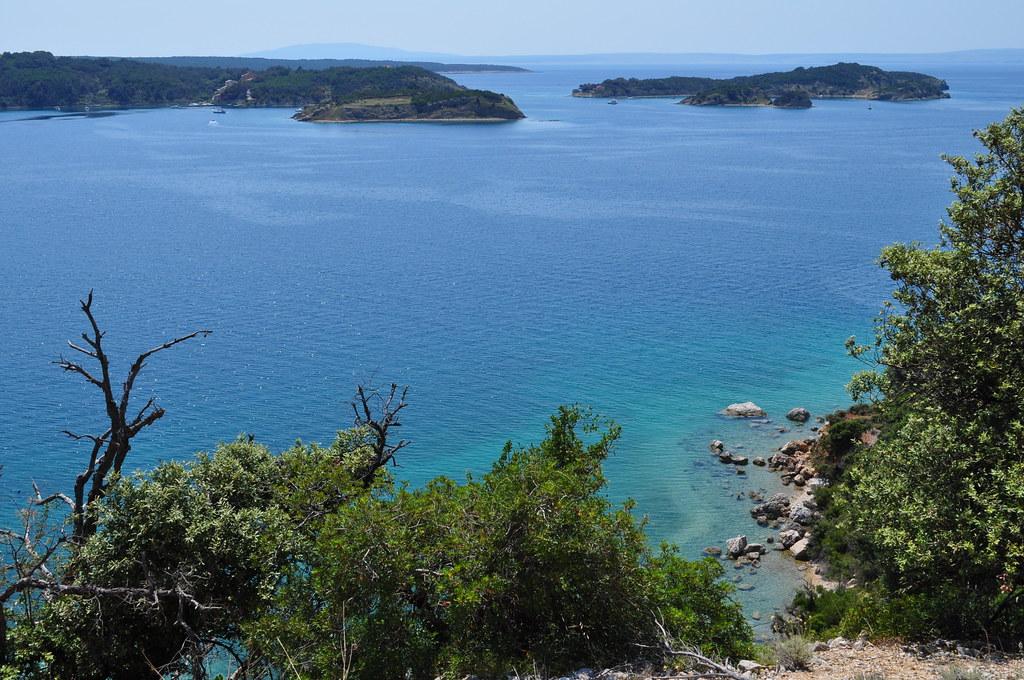 La côte sous le vent près de Rab, île de Rab, Comitat de Primorje-Gorski Kotar, Croatie.