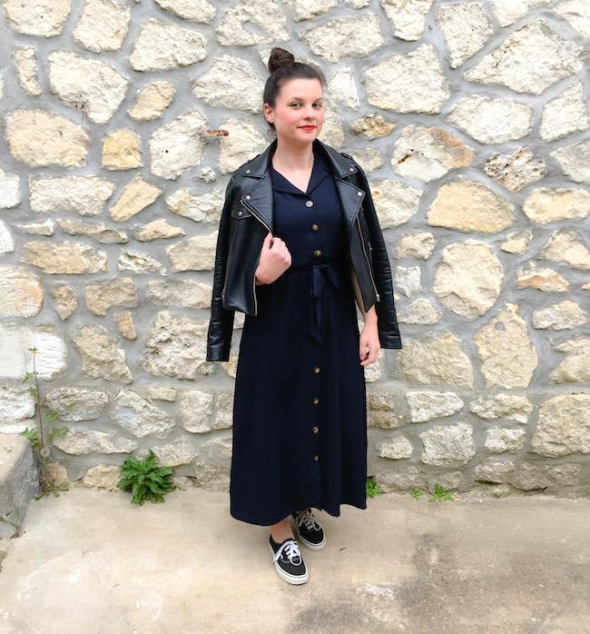 Look perfecto noir et robe longue bleu marine