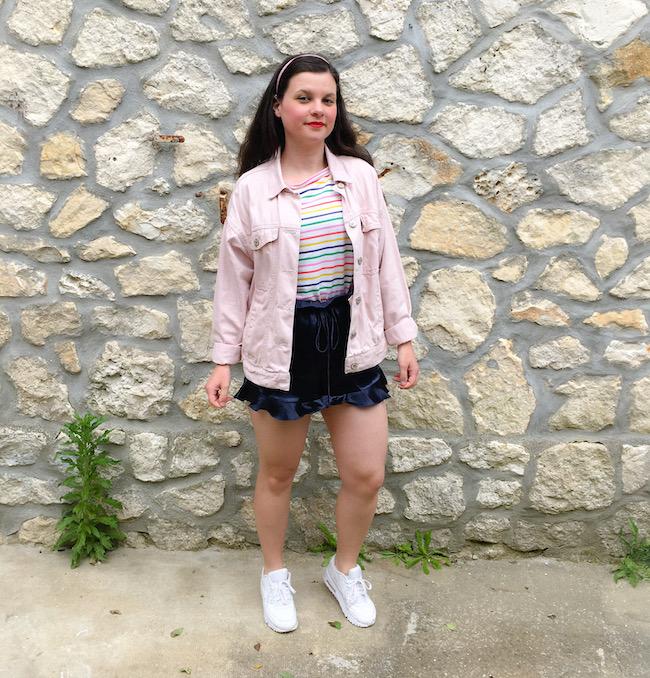Look veste en jean, marinière multicolore et short en satin