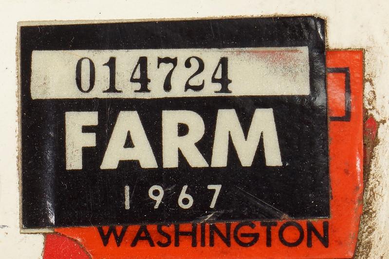 RD8105 Vintage 1963 Washington Truck License Plate G33850 1967 FARM Sticker DSC05640