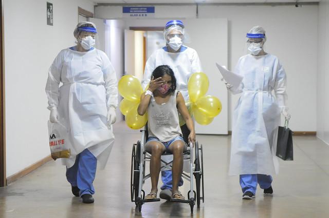 Pacientes recebem alta no Hospital de Campanha