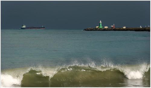 fremantle lighthouse surf stormclouds
