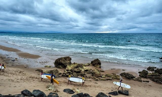 El fin de la clase de surf en la Playa de Ilbarritx. Bidart.  France.