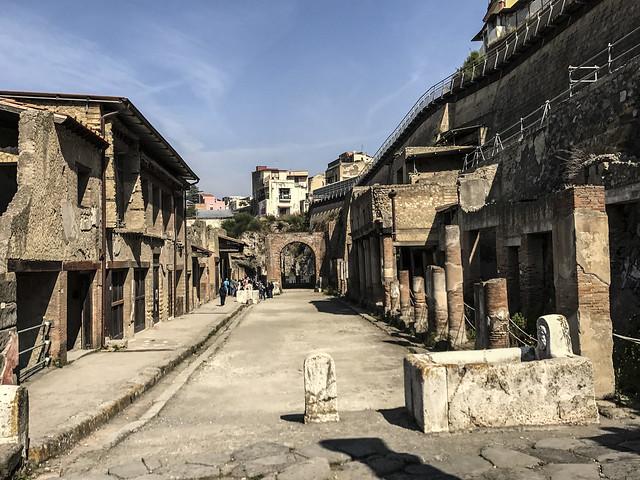 Ercolano : Decumano Massimo -incrocio col cardo V -prima del 79 d.C.