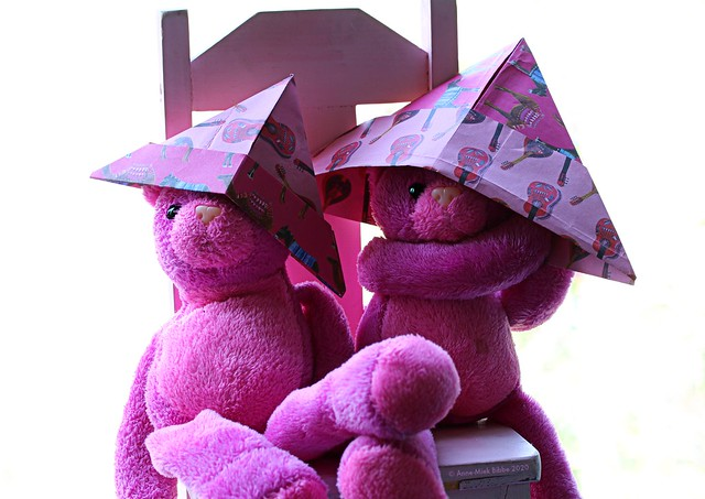 PERFECT FITTING PINK PAPER HATS