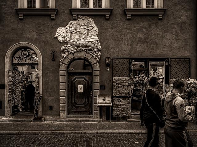 Kamienica Pod Okrętem - tenement house at 31 Świętojańska Street in Warsaw's Old Town, Poland . 168-Editabw