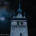 Torre del castillo de Dracula en eclipse de luna en Sighisoara Rumania