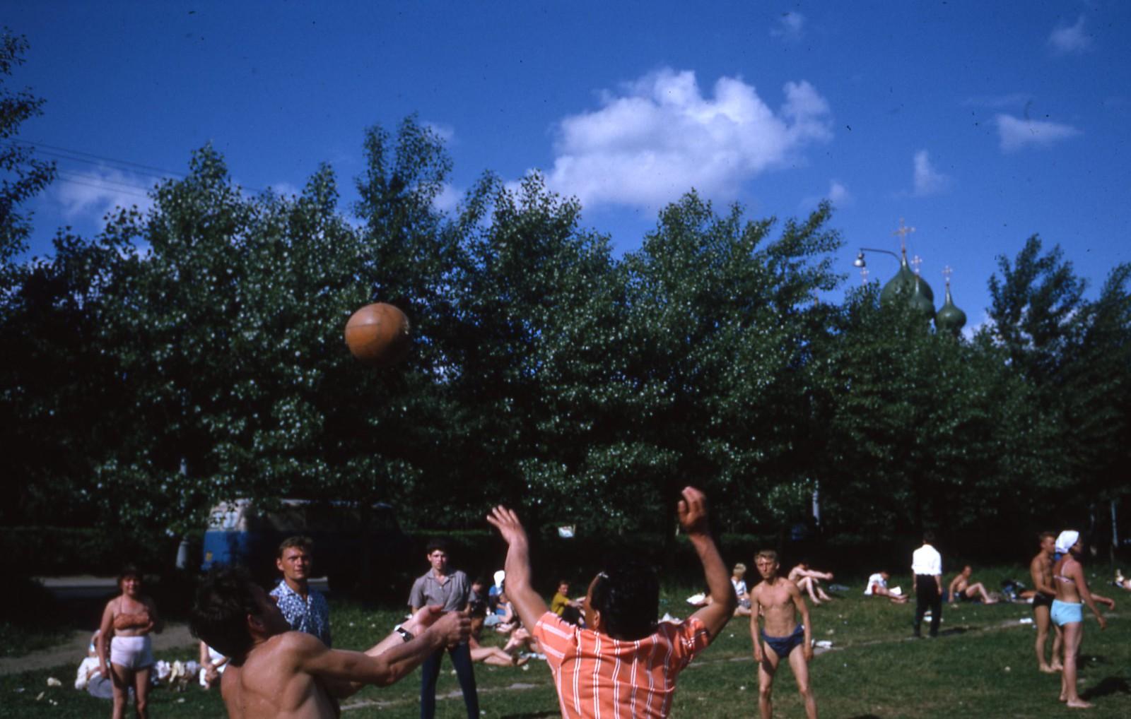 hammond-MA10-Ostankino-people-sunbathing-and-fishing-019
