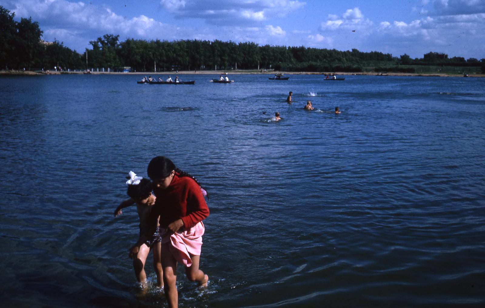 hammond-MA10-Ostankino-people-sunbathing-and-fishing-014